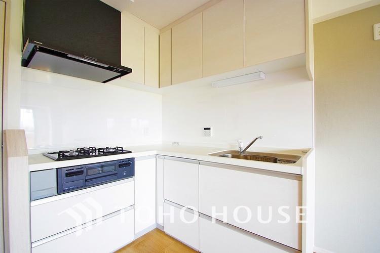 キッチンは奥様に人気のL字キッチン。動線が短く使いやすいキッチンとなっています