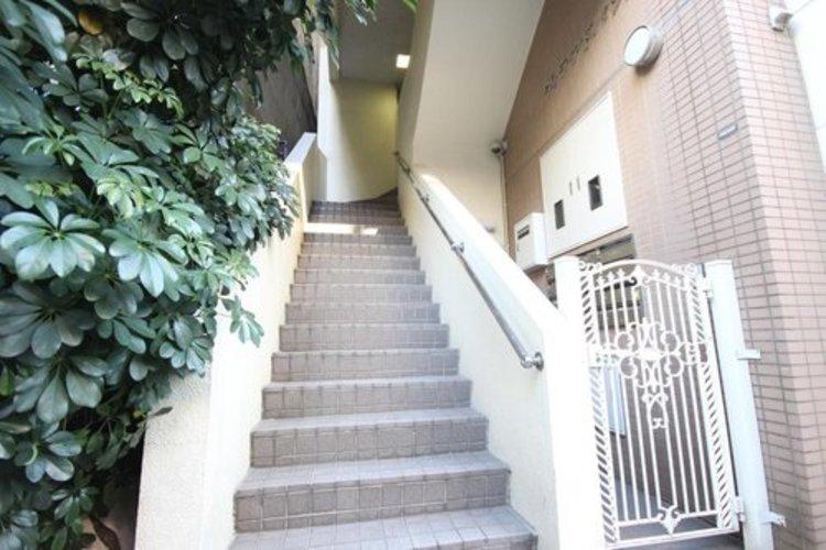 外観タイルと階段の両サイド部分のカラリングがピュアな印象を与えます