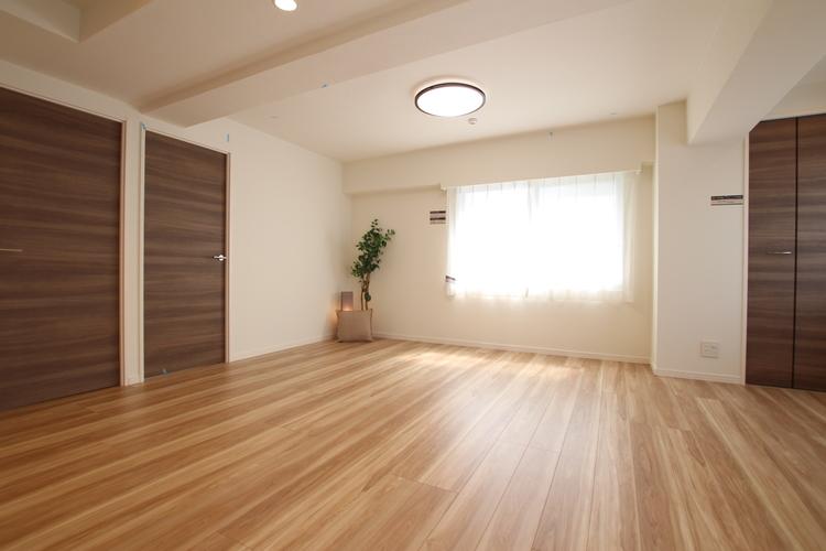 約18帖の広々LDKは、大きめのダイニングテーブルやソファを置いても空間に余裕があります
