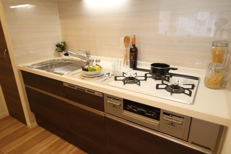 ドアポケットなど通常はオプションで付けるものを標準装備した、ハイグレードなキッチン