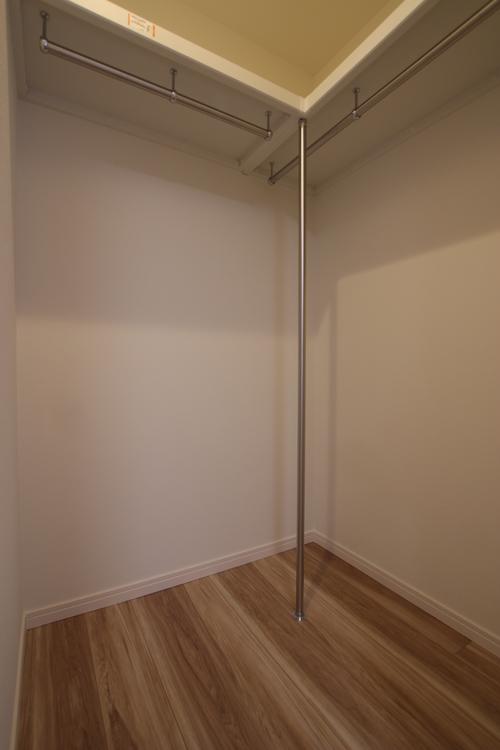 洋室2には毎日の洋服選びが楽しくなる、整理整頓のしやすい大容量のウォークインクローゼットを設けました