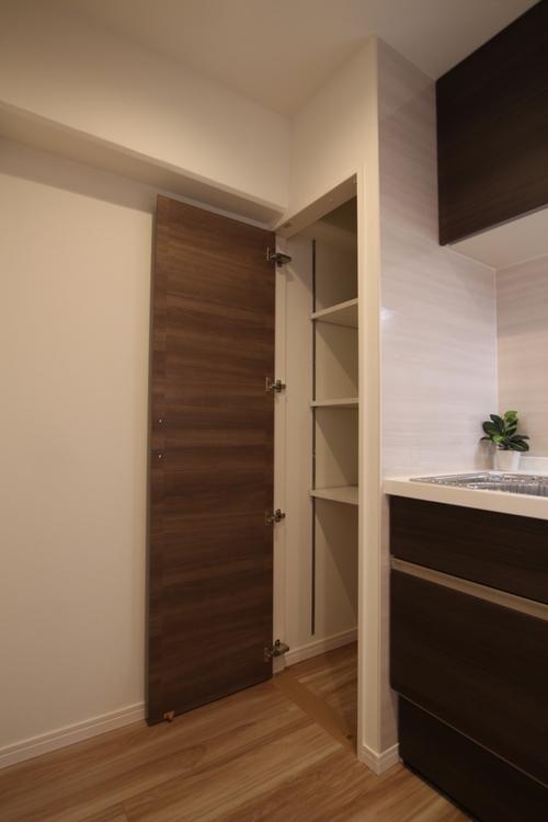 キッチン横の収納スペースは、レトルト食品や乾物、ホットプレートなどをしまっておけます