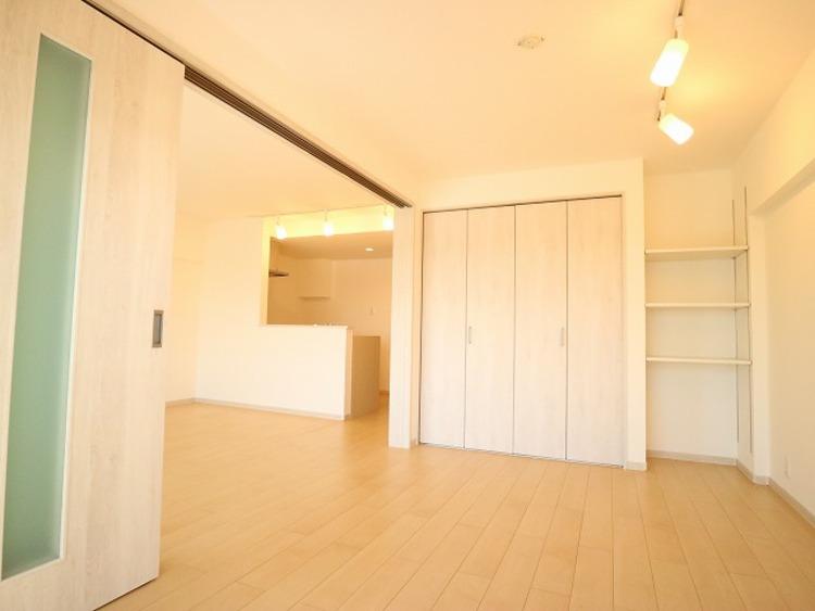 リビングと隣接の洋室は天井、フローリングと同じ色合いで揃えており、可動ドアを開くと19帖超の空間になります。家族構成の変化にも柔軟に対応するための工夫をいたしました。