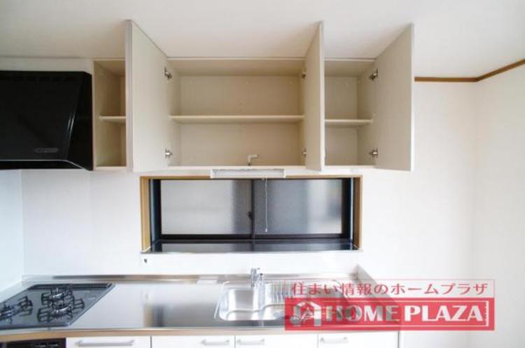 吊り棚も付いているので、調理器具などもしっかり収納できます!