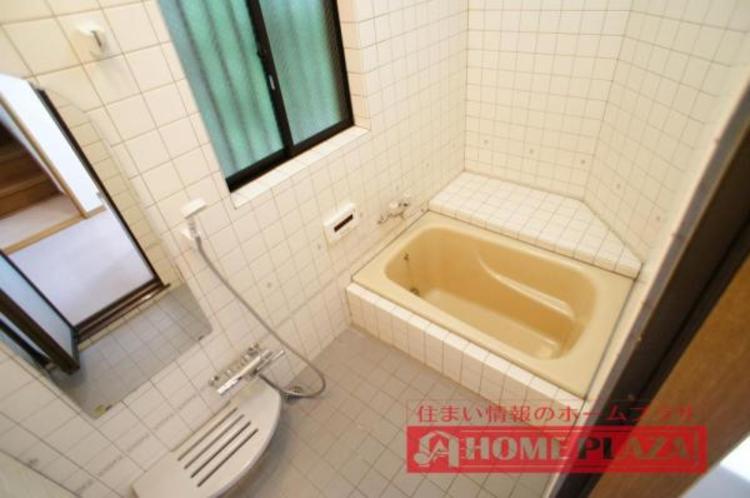窓付きのバスルームなので、いつでも換気ができ清潔感を保つことができます!
