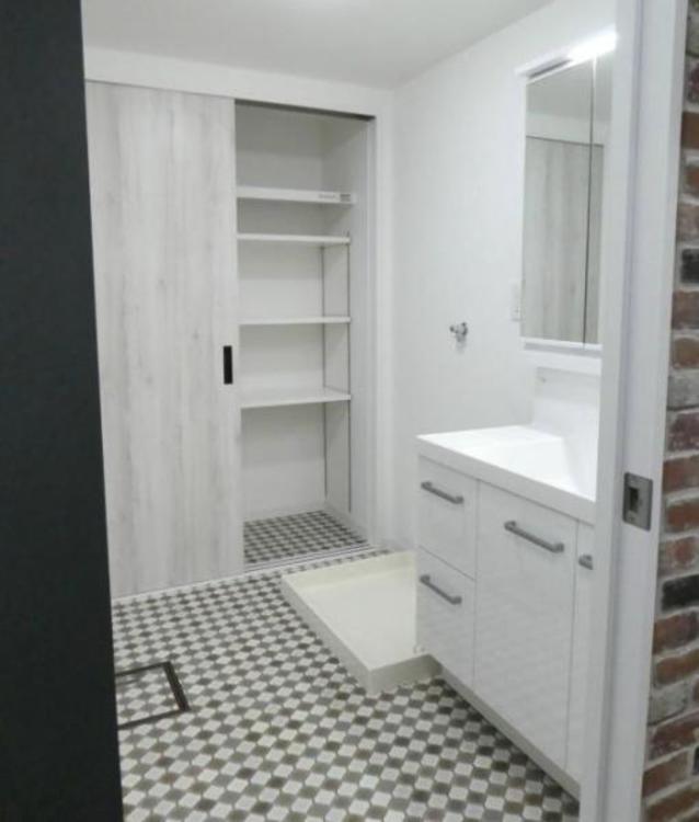 ●日用品のストックなどもたっぷりしまえる収納付きの洗面スペースです!