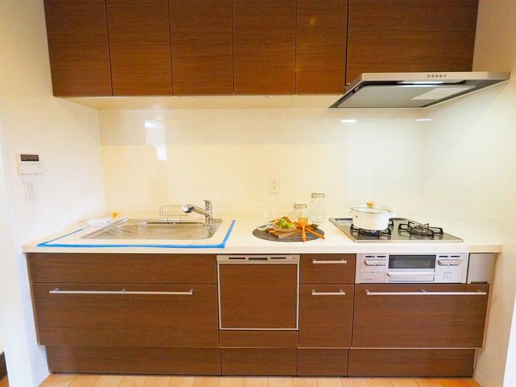 収納スペース豊富なシステムキッチン