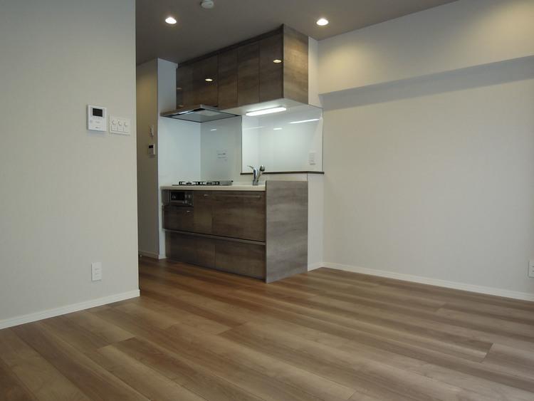 約11.0帖のリビングです。キッチンが奥にあるので、家具の配置や導線も良い印象です。