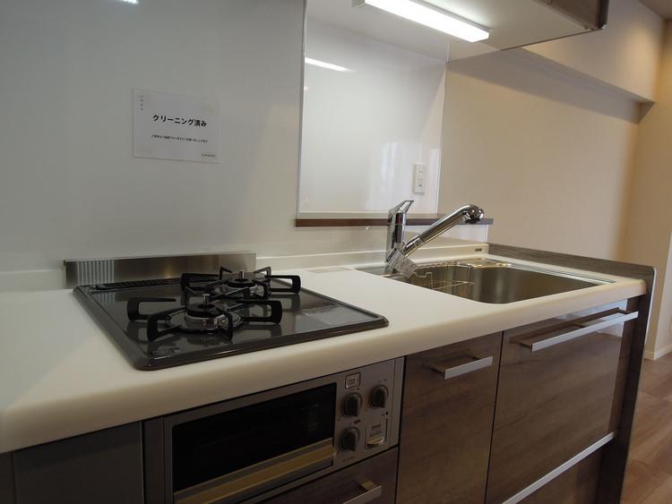 システムキッチンです。収納もあるので、食器やお鍋など入れる事が出来、料理もし易いと思います。