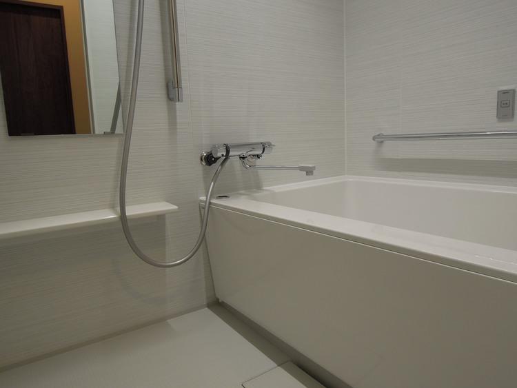 白が基調の浴室です。