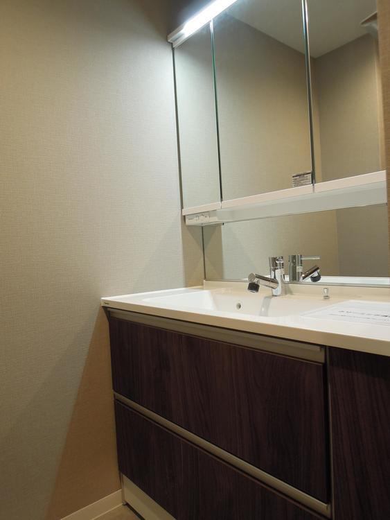 3面鏡の洗面です。照明もついていおり、化粧等もし易い印象です。