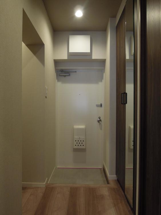 玄関には縦鏡があり、お出かけの際に便利です。
