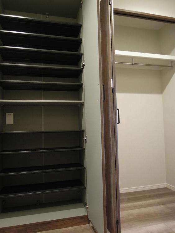 玄関には、靴収納は勿論のこと、開き戸の収納もございます。