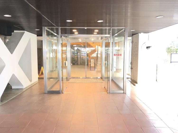 エントランスは自動ドアが二重にあり風等からマンションを守っています。