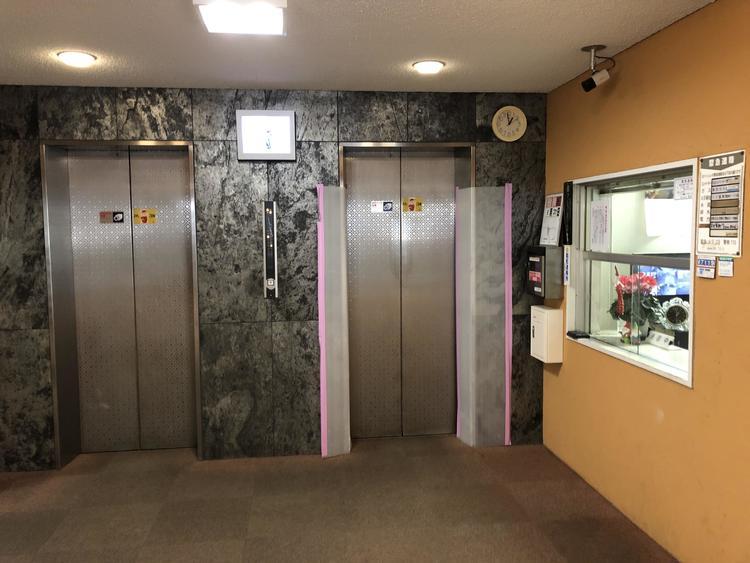 エレベーターは、二機有り防犯カメラも設置されている為安心出来ます。