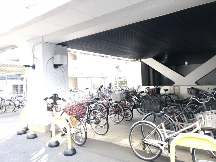 駐輪場です。整頓されており、雨も防ぐことが出来ます。