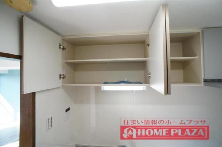 吊り棚が付いているので、調理器具などもしっかり収納できます!