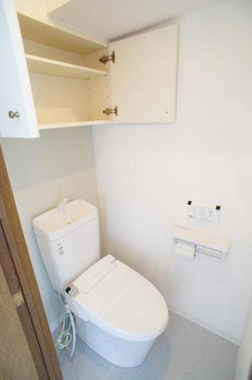もちろん洗浄付きでトイレも快適です!棚付きで備品を収納できます!