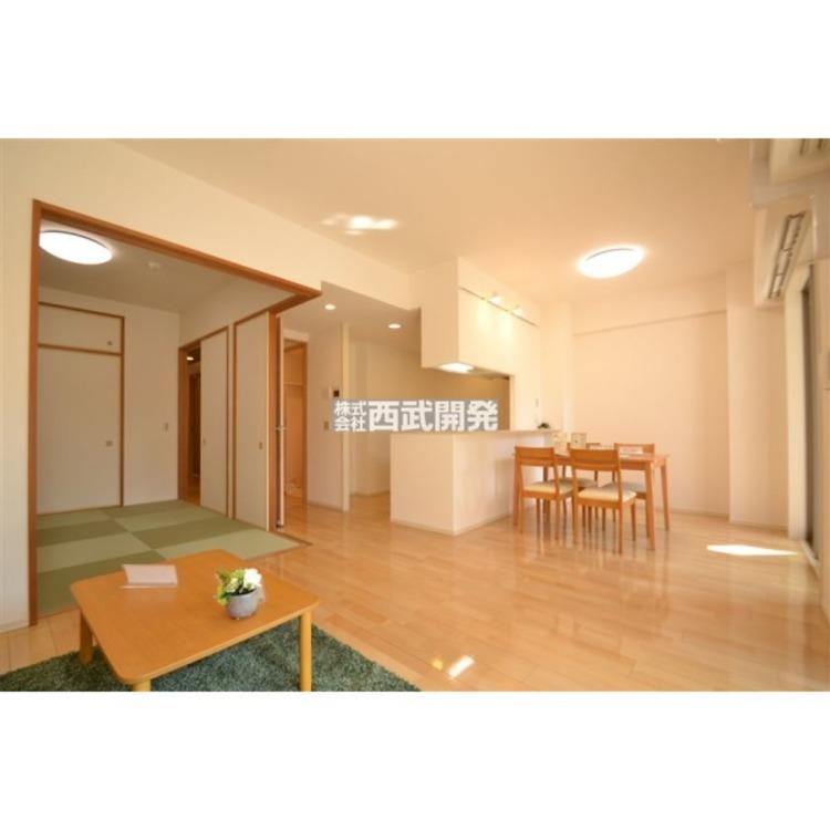 和室と段差無く繋がっているリビングですので、御客様がいらっしゃっても、和室をあければ20.9帖の空間を作れますので大勢の来客も可能です。