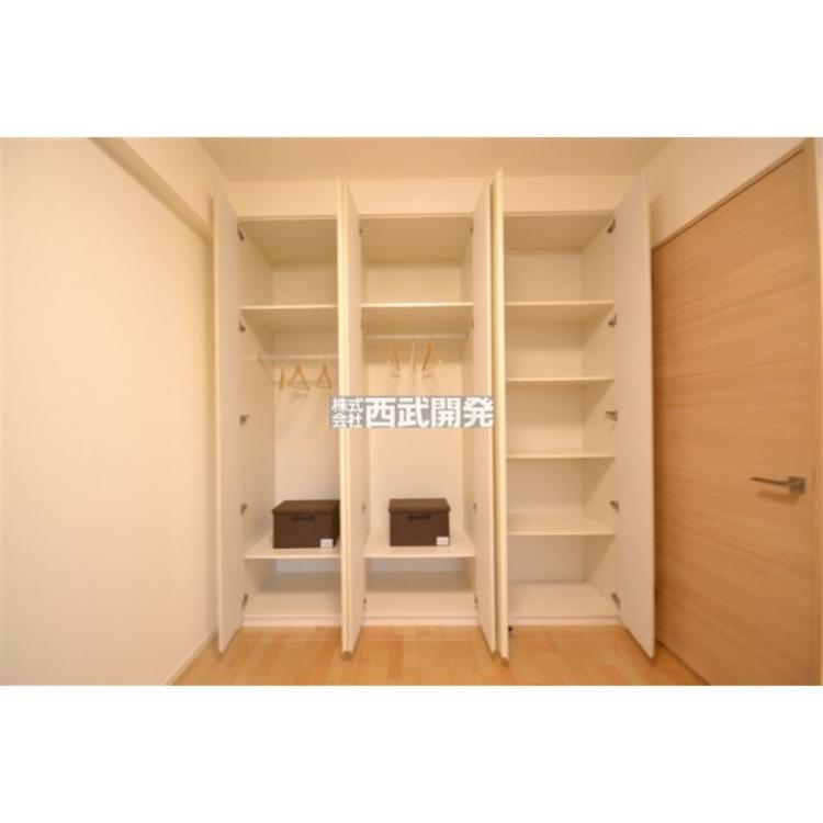 可動式の棚が付いた収納は入れたい物の大きさに合わせられるので、より多くの物を収納出来ます。