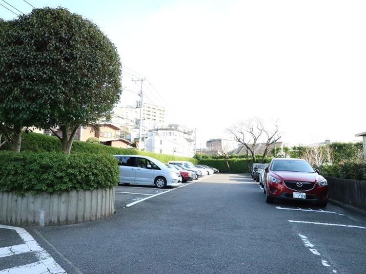 敷地内駐車場。月額18000~27000円でご利用いただけます。