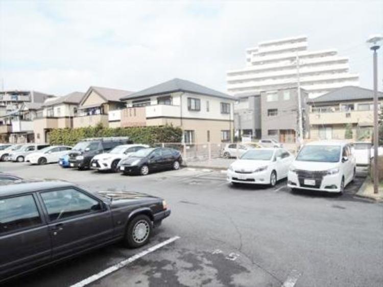 住居者専用平面駐車場。