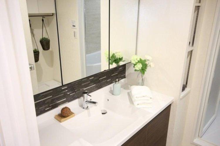 三面鏡タイプの洗面化粧台は、鏡の裏側も収納になっており、洗面所の中にリネン類を入れられる収納場所も御座います。
