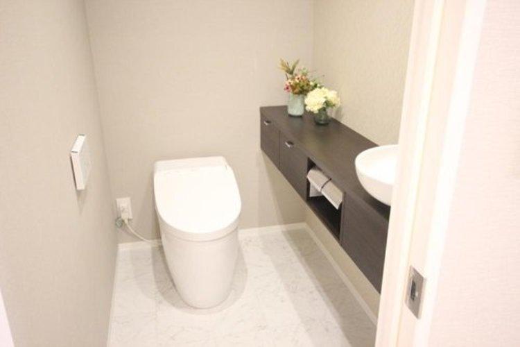 白を基調とした清潔感の高いお手洗い。人気のウォシュレットタイプを採用し、日々の生活を快適に♪