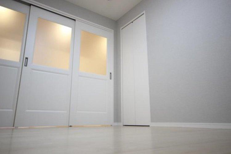 各居室はもちろんクローゼット付きです。壁面クローゼットのメリットは、衣類が横一列に並ぶためひと目で洋服が選びやすいこと。