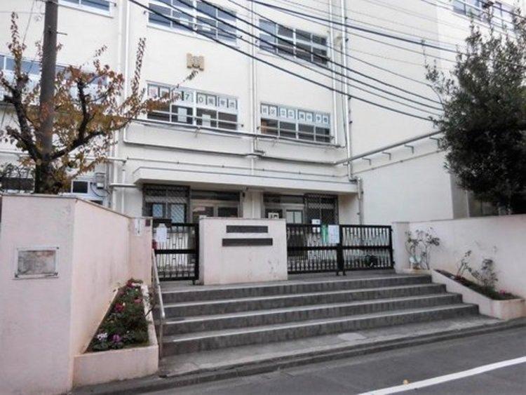 渋谷区立広尾中学校まで1600m 隣接する東京都立広尾高等学校との連携型中高一貫教育を開始し、都市型中高連携教育校となりました。名前は広尾であるが、所在地住所は渋谷区東四丁目である。