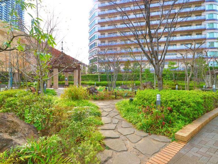 再開発で進化を遂げる武蔵小杉エリア。自然豊かな敷地は、日々の生活に潤いを与えてくれるはずです。