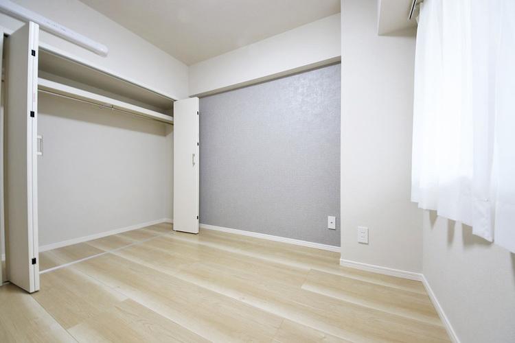 アクセントクロスのある洋室約4.5帖収納スペース付き