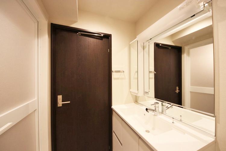 大きな洗面鏡付き 朝の身支度も楽しくなりますね