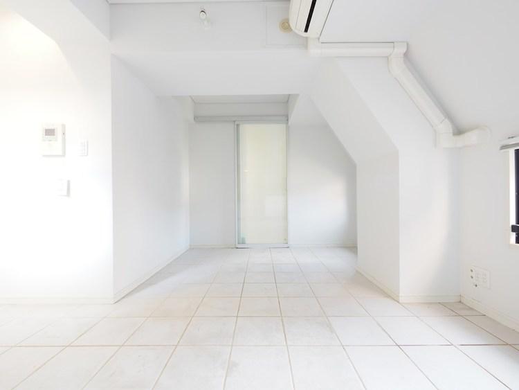 白で統一された明るいリビングスペース。エアコンも完備されています。