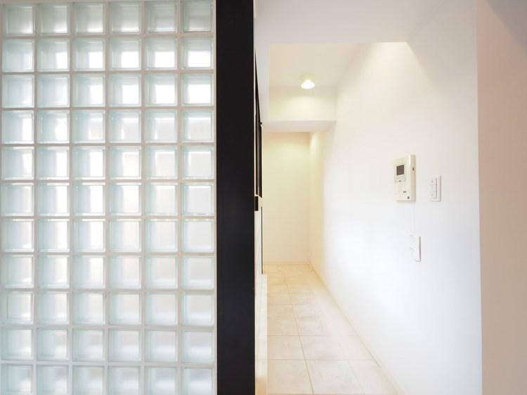室内に吹抜部分があり、陽が入る設計で明るい設室内です。