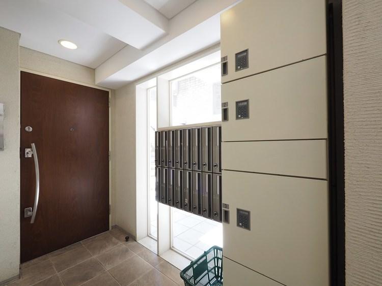 エントランスの写真になります。セキュリティーも万全なオートロックも完備しております。留守がちなお客様にも便利な宅配ボックスのございます。