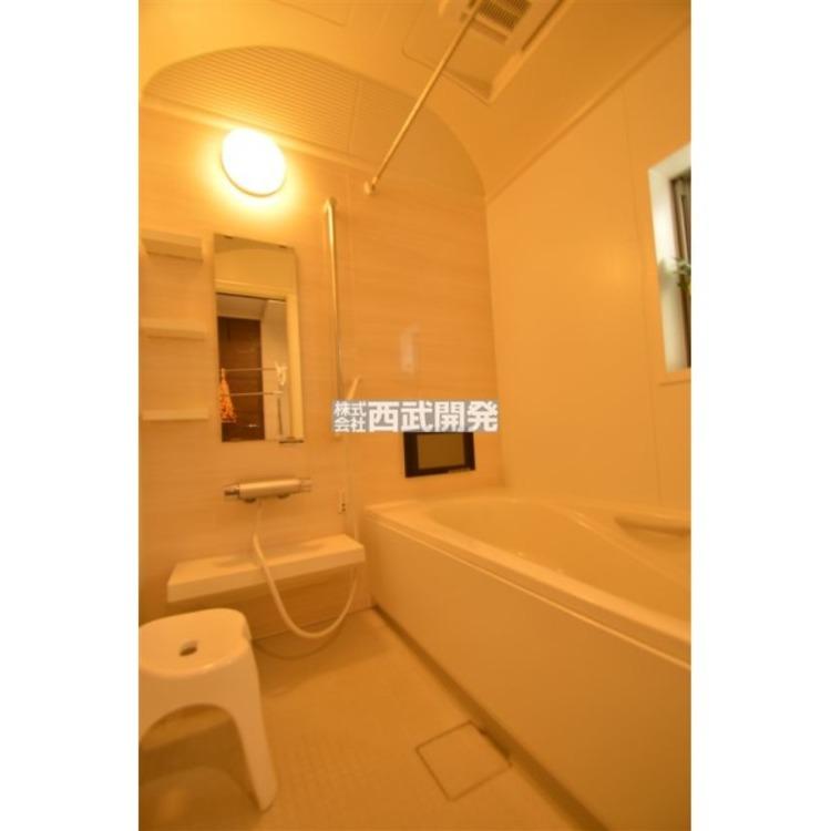 お子様と一緒にバスタイムを楽しめる広々空間。浴室乾燥機付で心地よいバスタイムを実現します。