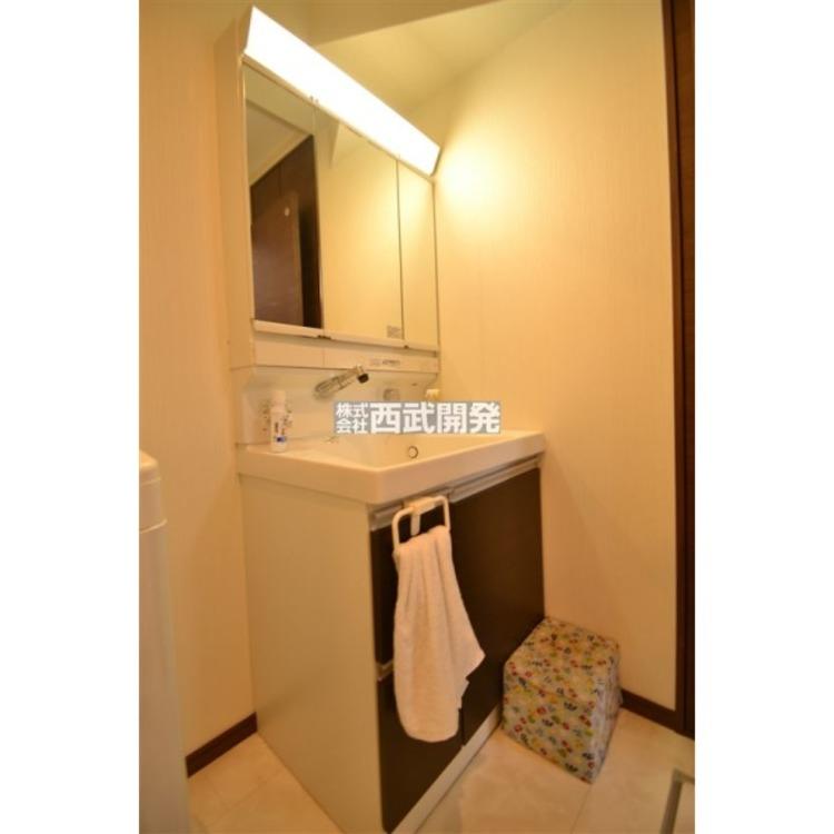 収納力と機能性に優れたお手入れラクラク三面鏡洗面化粧台です。