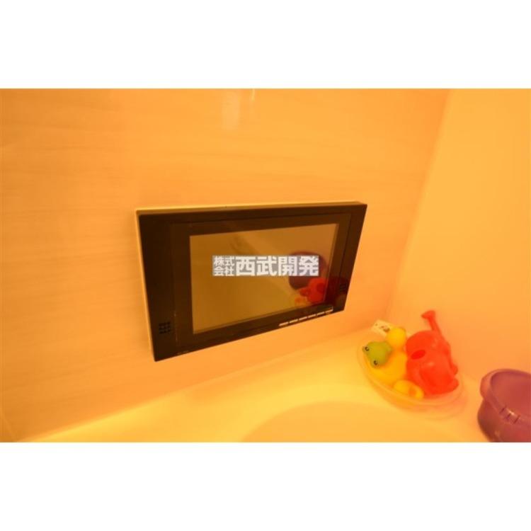 一日の疲れを癒すバスルームに、TVをご用意!半身浴しながらTVを鑑賞すれば、リラックス&デトックス!
