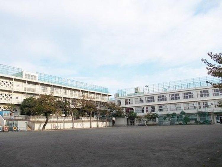 大田区立池雪小学校まで911m 人間尊重の精神に基づき、自主性、創造性、判断力と実践力に富み、心身ともに健康で人間性豊かな児童の育成を目指している小学校。