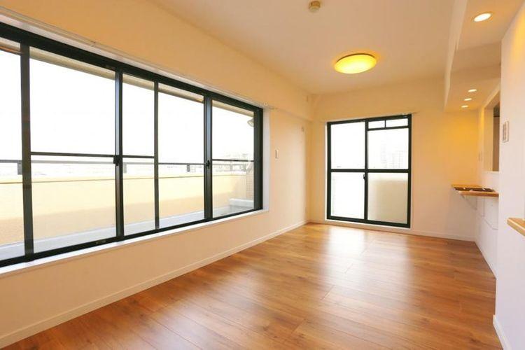 「LDK」約13.0帖 北東角部屋、窓が多く明るい陽射しがたっぷりと差し込む広々リビング