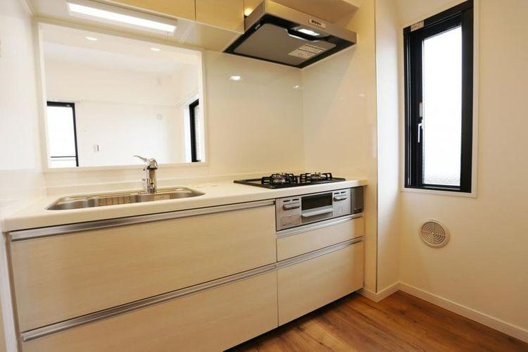 「キッチン」換気もでき採光も確保された窓付きキッチン