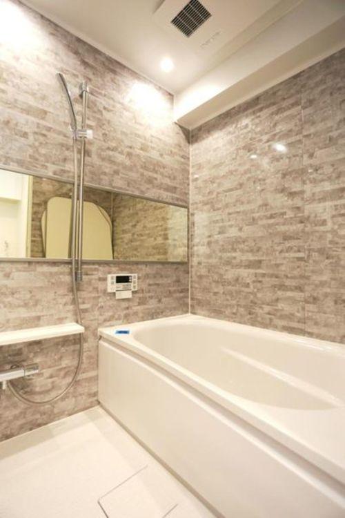 「バスルーム」落ち着いたバスルームで一日の疲れをゆっくり癒せます。