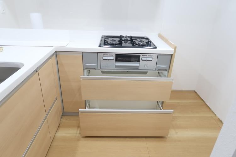 豊富な収納ができるシステムキッチン。調理器具など沢山収納出来ます。