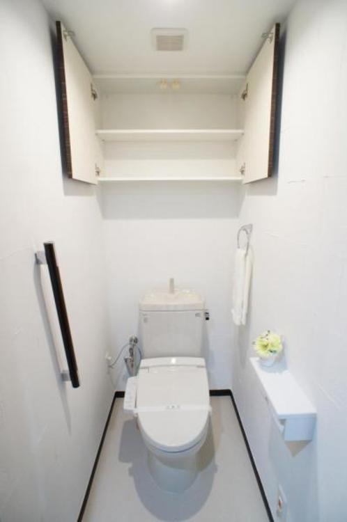 もちろん洗浄付きでトイレも快適です!棚があるので備品の収納ができます!