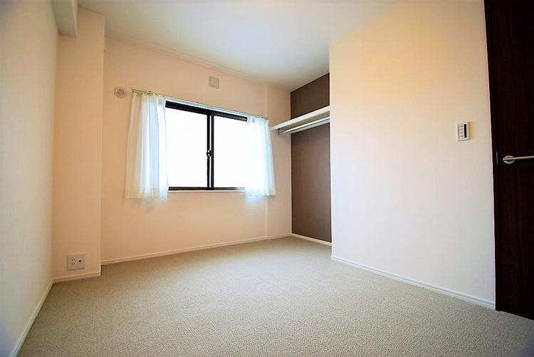 オープンタイプのクローゼット付き約5.4帖の洋室