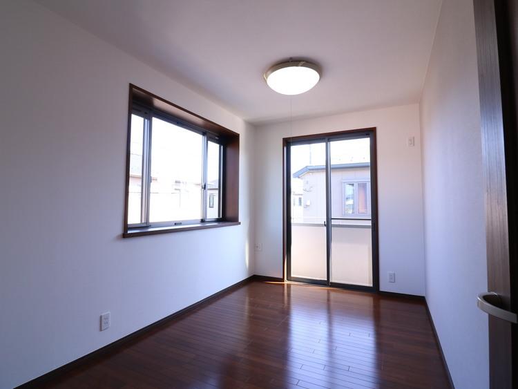南側と西側の2面採光で明るいお部屋。