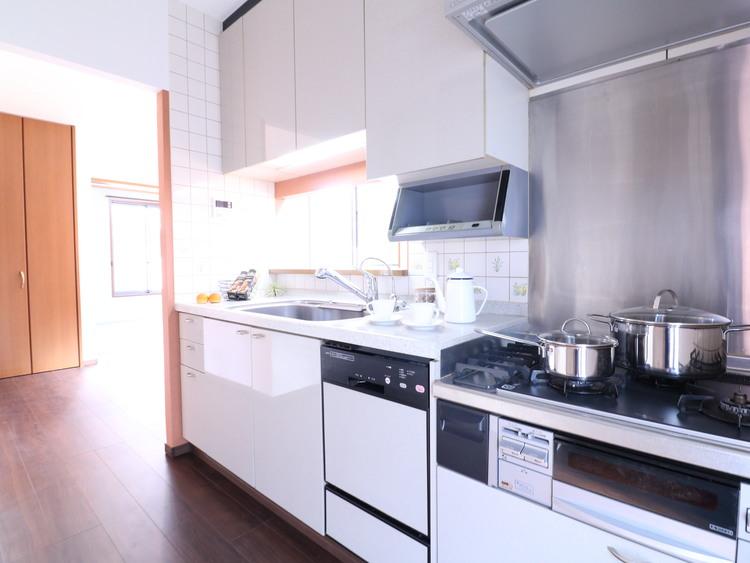 お料理の時間が楽しいものとなりますよう、リビングとの一体感を重視したキッチンです。