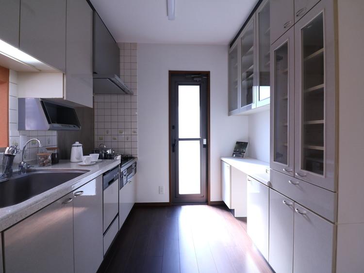 食器や調理器具や食材等も、すっきり片付く余裕の収納力です。