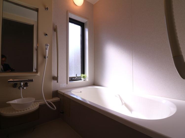 キングサイズのバスルーム。一日の疲れをゆったりとした空間で癒してください。